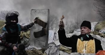 Православний священик благословляє протестувальників на барикаді