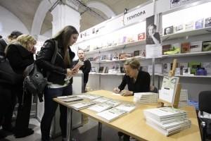 Німецька письменниця Юдіт Германн підписує українське видання свого твору «Аліса», яке вийшло у видавництві «Темпора». Фото: Goethe-Institut в Україні