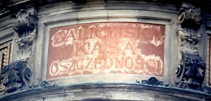 Титульна інскрипція колишньої Галицької ощадної каси у Львові. Фото: Mariusz Paździora / wikipedia