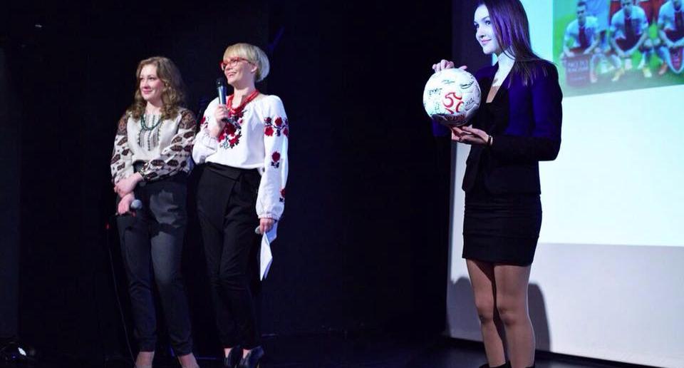 Благодійний аукціон у рамках Дня благодійності: продаж футбольного м'яча збірної Польщі з підписами.
