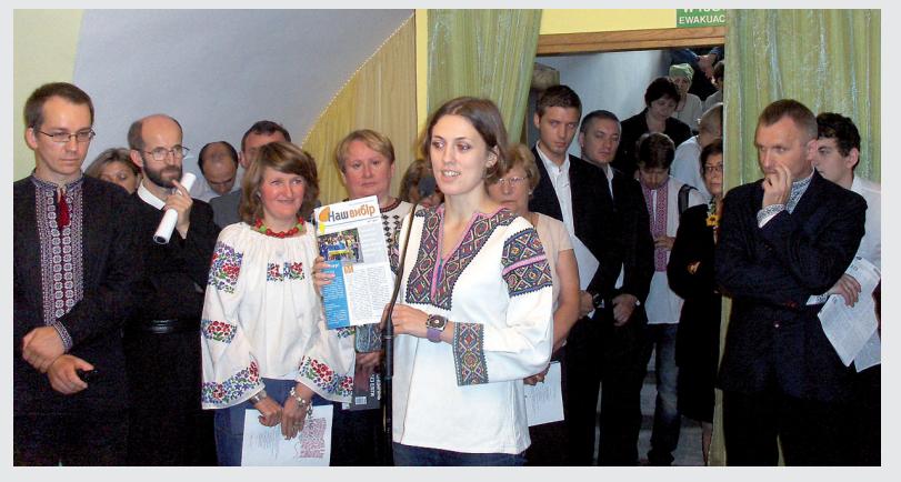 Тетяна Роднєнкова презентує перший номер газети «Наш вибір» під час святкування 20 річниці Незалежності України у Монастирі ОО. Василіан у Варшаві.