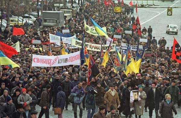 """Demonstrators protest against Ukraine's incumbent president Leonid Kuchma in capital Kiev Tuesday, Dec. 19, 2000. Poster on the left reads: """"Freedom of speech! Kuchma resign!"""" Some 5,000 protesters are taking part in the action """"Ukraine without Kuchma"""". (AP Photo/Viktor Pobedinsky)"""