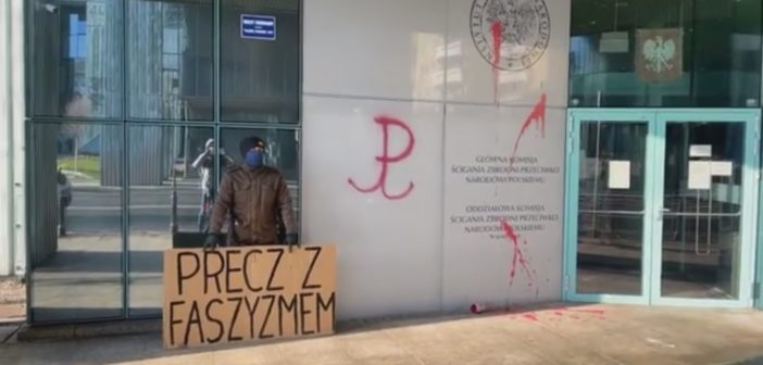 Інститут національної пам'яті у Варшаві облили червоною фарбою. Що відбувається?